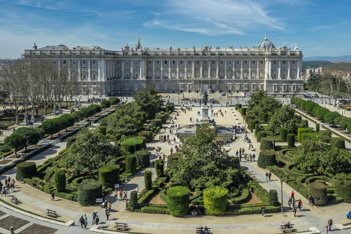 royal-palace-of-madrid-and-habsburgs-tour-plaza-oriente