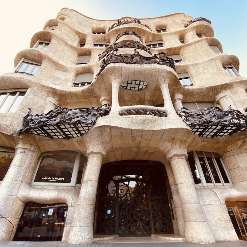 barcelona-gaudi-tour-casa-mila-facade-vertical