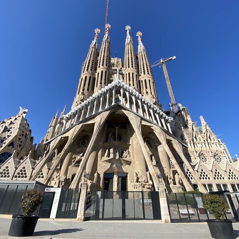 barcelona-day-tour-sagrada-familia-tour-passiion-facade-vertical